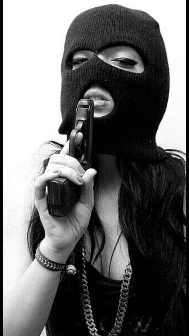 Картинка на аву девушка бандитка