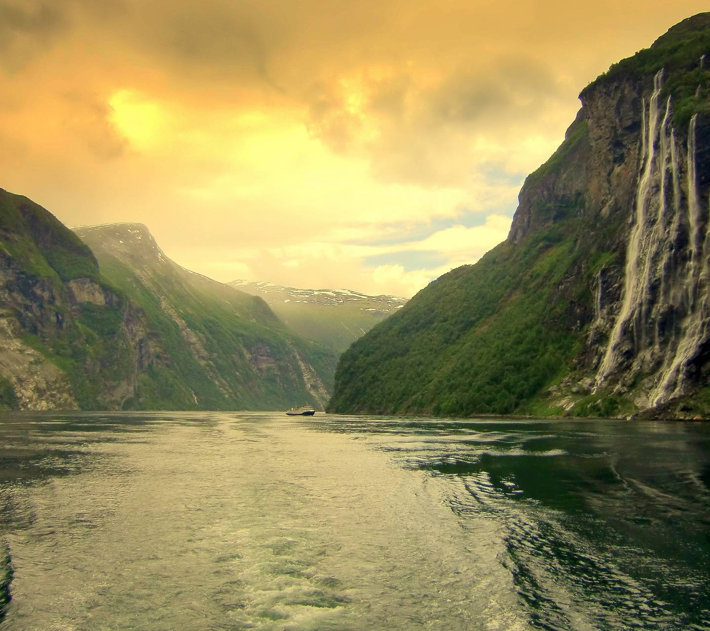 Mountain River Hd