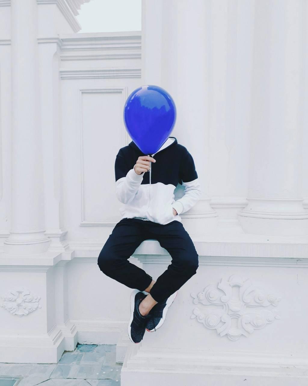 Chico con globo azul