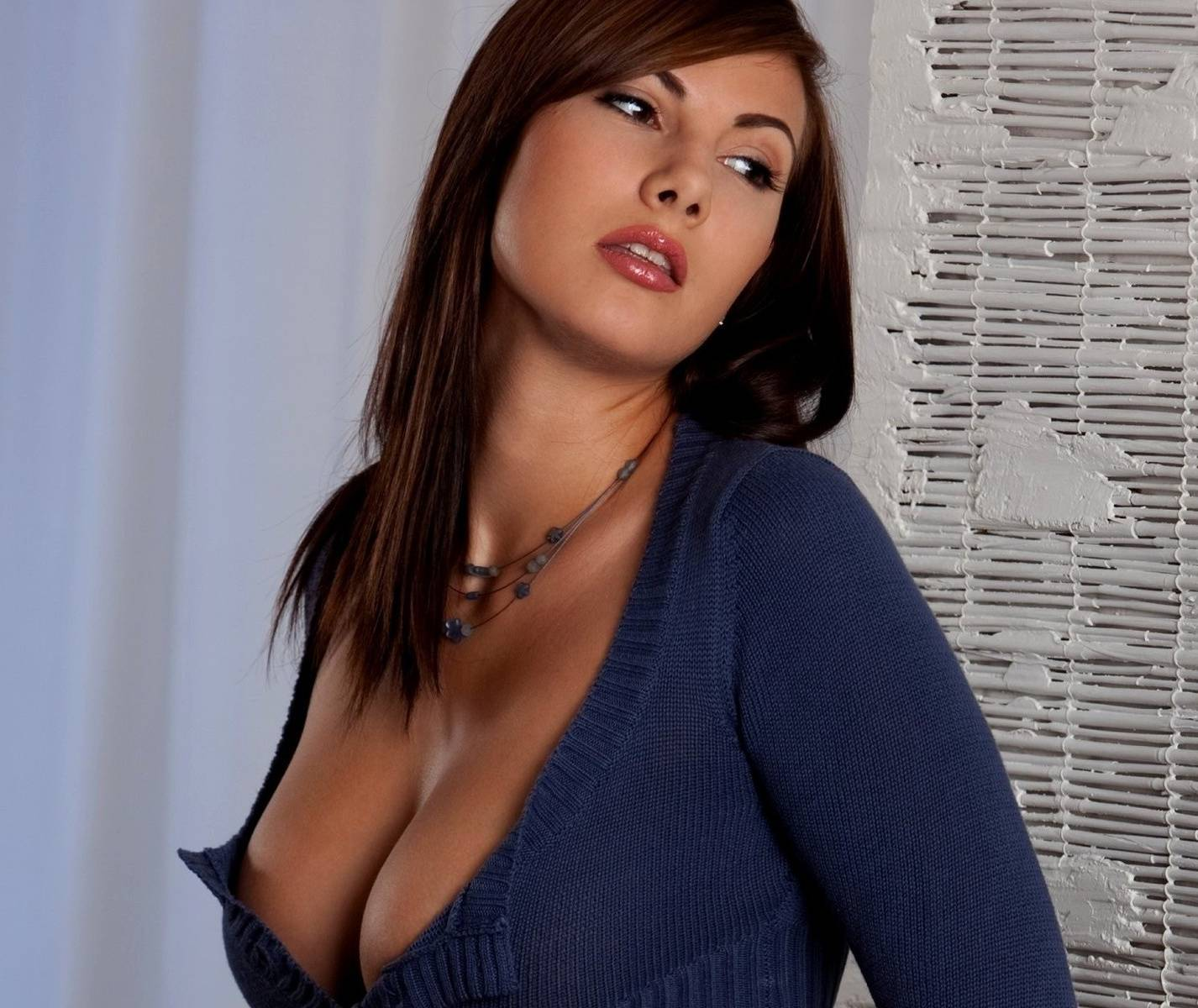 кафе, грудастая девушка в блузке что ролик